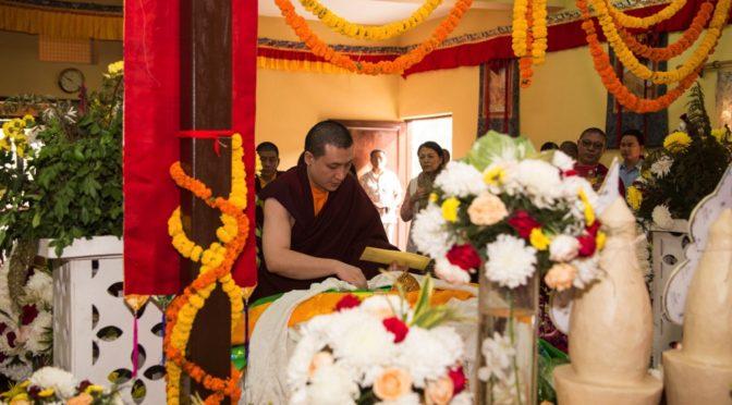 第十七世大寶法王嘉華噶瑪巴泰耶多傑,向法王吉札達欽薩迦仁波切的古棟(聖體)致敬